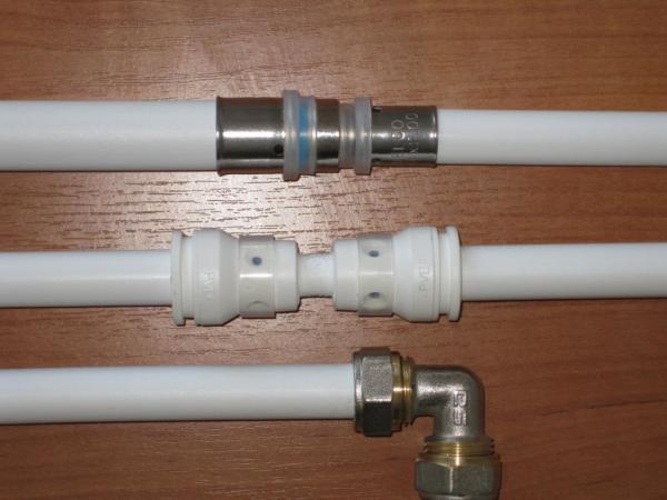 На прямой вопрос, можно ли красить пластиковые трубы отопления, есть и прямой ответ – да, можно специальной краской, только, зачем