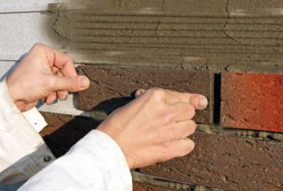 Наклеивание плитки, имитирующей кирпич на стену