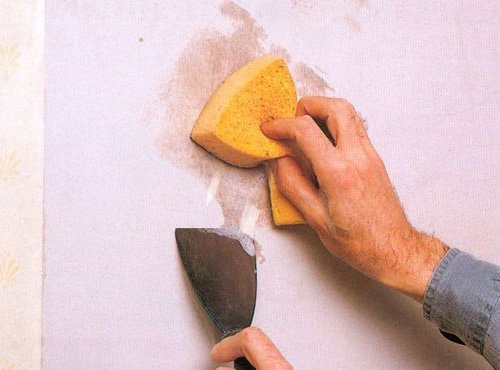 Намочить стену можно простой губкой.