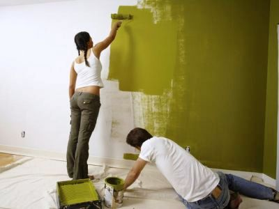 Нанесение эмульсии на стену