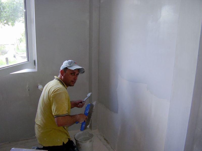 Нанесение финишной отделки на бетонные стены