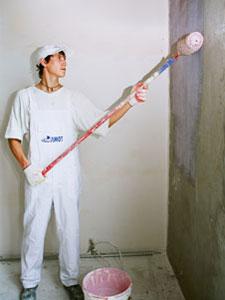 Нанесение грунта на оштукатуренную стену, перед наложением слоя шпаклевки