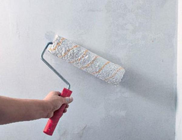 Нанесение грунта на стену валиком