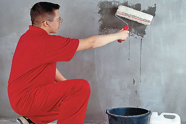 Нанесение грунта повышает адгезию стен и штукатурки