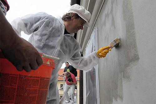 Нанесение грунта производится и при фасадных работах.