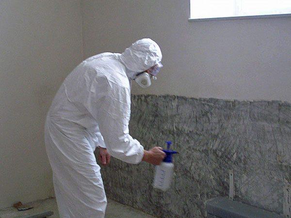 Нанесение грунта с помощью специального распылителя