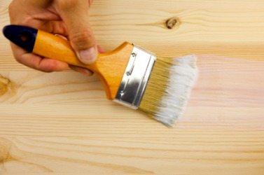 Нанесение грунтовки кисточкой на древесину