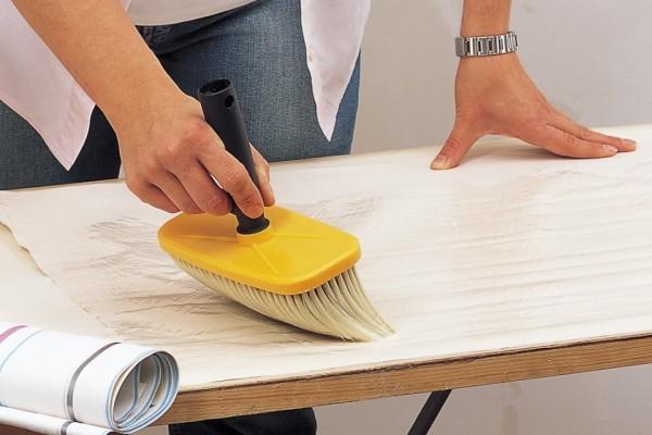 Нанесение клея макловицей на полотно