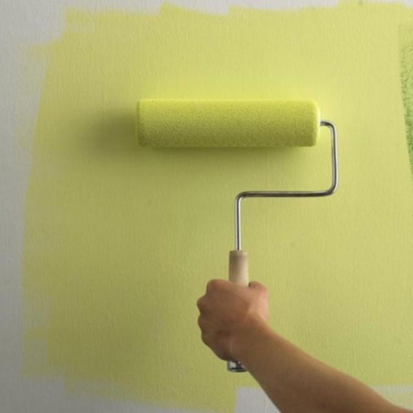 Нанесение краски на стену с помощью валика