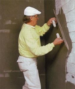 Нанесение на стену готовой тяжелой цементной смеси, соотношение цемента и песка 1:2.