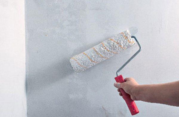 Нанесение пропиточных средств по поверхности стен