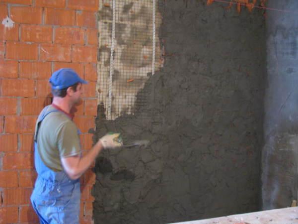 nanesenie-rastvora-600x450 Как своими руками оштукатурить дом из кирпича, бруса и СИП-панелей Свой дом