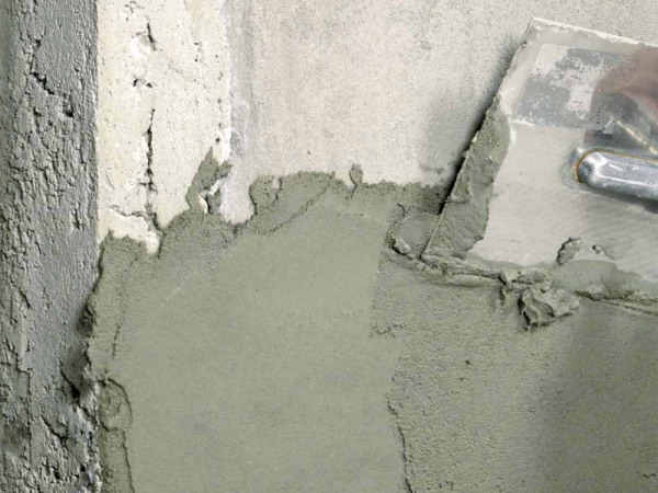 Нанесение раствора на гладкую бетонную стену