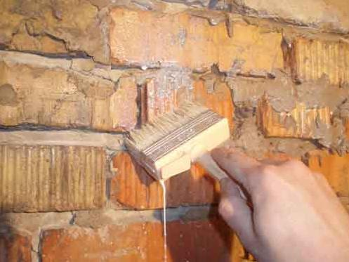 Нанесение раствора на кирпичную стену макловицей