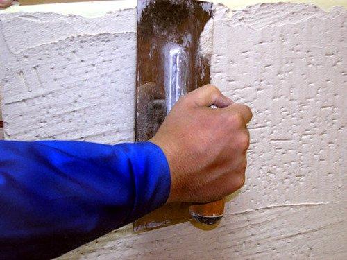 Нанесение штукатурки на стену теркой