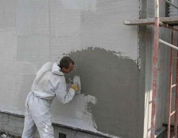 Нанесение слоев штукатурки на стены дома
