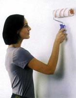 Нанесение смеси на стену с помощью велюрового валика
