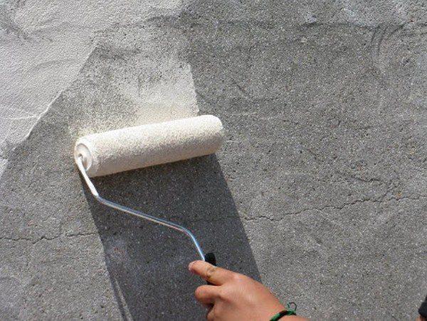 Нанесение средства на бетон