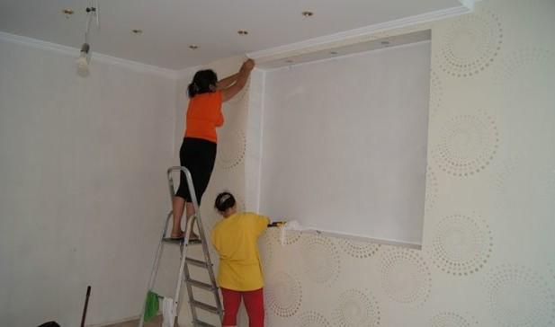 Нанесение текстильных обоев на стену