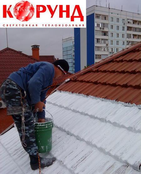 Нанесение теплоизоляции на кровлю здания.