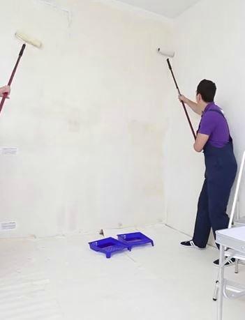 Нанесите слабый раствор клея на стену