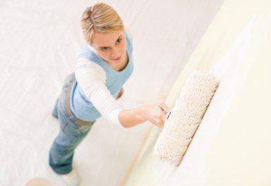 Нанести грунт на стену сможет даже женщина без опыта работы в строительстве.