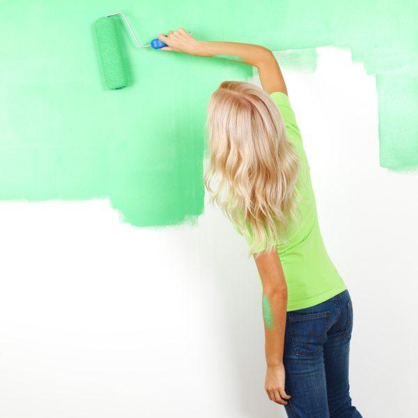 Наносим краску тонкими слоями.