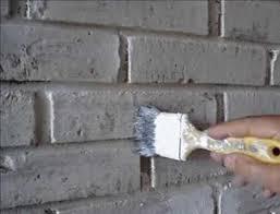 Наносим на стену грунт.