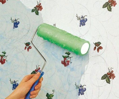 Наносим раствор на стену с помощью валика.