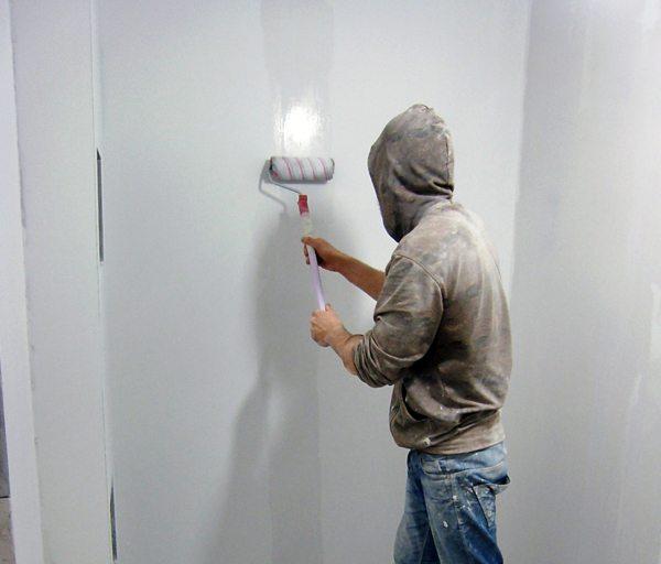Наносим смесь на стену.
