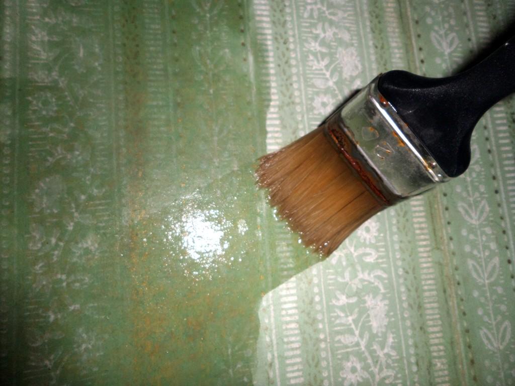 Наносим состав на стену с помощью кисти, валика или пульверизатора.