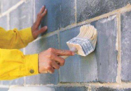 Наносим состав строительной кистью.