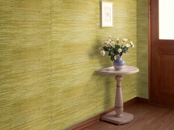 Натуральные изделия на стене гостиной