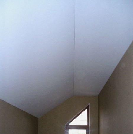 Натяжной потолок в мансарде