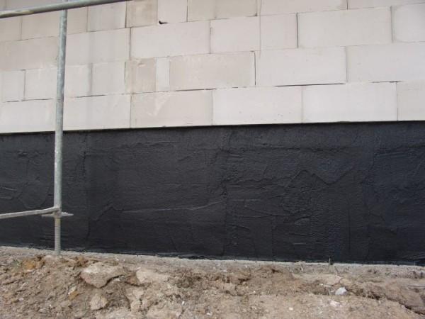 Некоторые мастера утверждают, что гидроизоляцию стен необходимо производить только на уровне цокольного этажа и подобное решение позволяет сэкономить массу средств