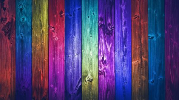 Некоторые виды красителей не скрывают волокнистую структуру дерева, что создает определенный эффект