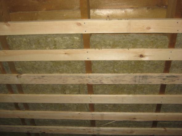 Некоторые закладывают утеплитель и делают обрешетку из доски. После крепления фанеры получится очень крепкая стена