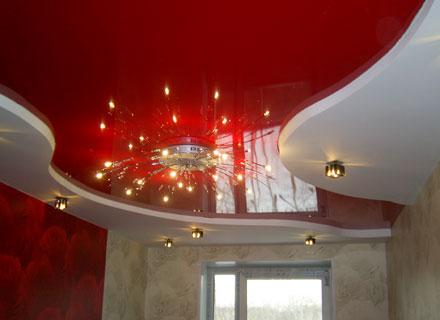 Некоторые застройщики сочетают натяжной потолок и гипсокартонную конструкцию, это позволяет добиться потрясающих результатов