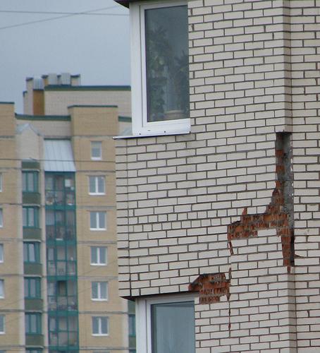 Неправильный монтаж облицовочного кирпича может привести к обрушениям части конструкции здания