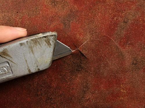 Неровности под виниловым полотном вскрываются также как и углубление под розетку
