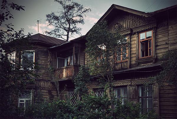 Облик старинного деревянного дома – наглядный пример воздействия окружающей среды