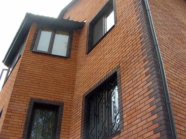 Облицованный кирпичом фасад