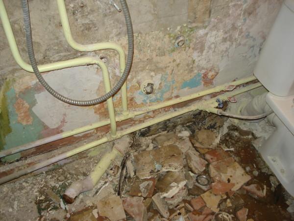 Облицовка стен сбита, осталось демонтировать унитаз