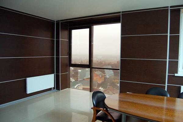 Облицовка стен выполнена листовыми панелями.