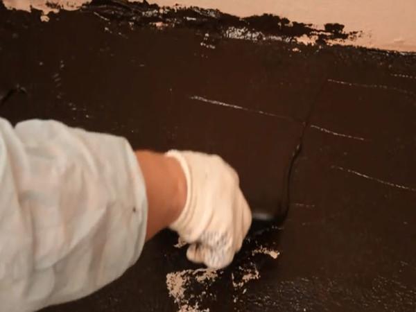 Обмазочная гидроизоляция наносится кистью или шпателем на стену