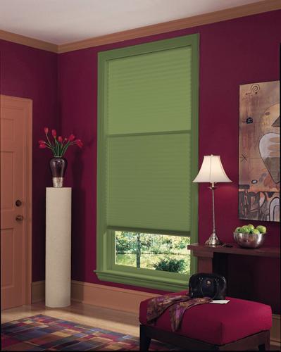 Обои брусничного цвета в гостиной способствуют активному времени провождению