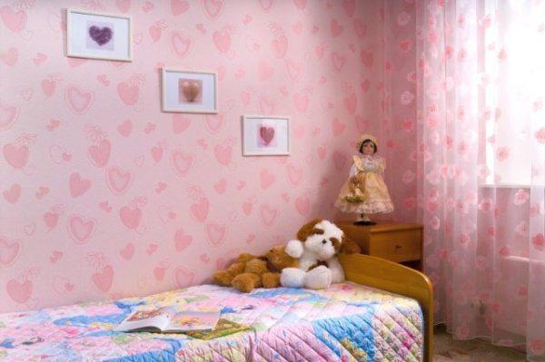 Обои для спальни девочки должны сочетаться со всей обстановкой