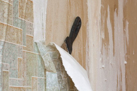 Обои, наклеены на стену, обработанную грунтовкой, не так-то просто сдирать – запомните это на будущее, запланируйте заранее новые обои на продолжительный срок
