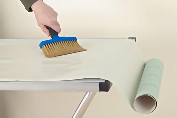 Обои покрываем клеем только на ровной и чистой поверхности