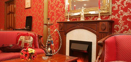 Обои с золотым рисунком лучше всего сочетаются с роскошной деревянной мебелью
